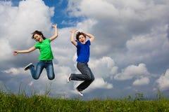 голубой мальчик eyes небо девушки фокуса скача сь мягко вниз Стоковое Фото