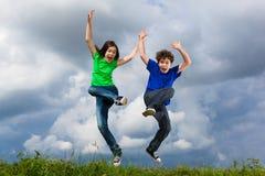 голубой мальчик eyes небо девушки фокуса скача сь мягко вниз Стоковые Фотографии RF