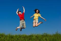 голубой мальчик eyes небо девушки фокуса скача сь мягко вниз Стоковое Изображение
