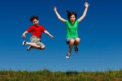 голубой мальчик eyes небо девушки фокуса скача сь мягко вниз Стоковые Фото