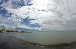 Голубой океан с небом полным облаков Стоковые Изображения