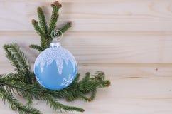 Голубой орнамент рождества на деревянном столе Стоковые Изображения