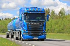 Голубой переход тележки танка Scania R580 на весне Стоковое Изображение