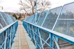 Голубой пешеходный мост над железной дорогой Стоковое фото RF