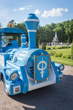 Голубой поезд для туристов в парке Peterhof в лете Стоковые Фотографии RF