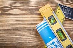 Голубой правитель квадрата уровня плана строительства на деревянной доске Стоковые Фото