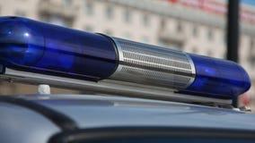 Голубой проблескивая маяк света аварийной машины акции видеоматериалы