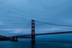 Голубой рассвет на мосте золотого строба Стоковое Изображение RF
