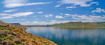 Голубой резервуар мезы в рекреационной зоне Curecanti национальной в южном Колорадо Стоковые Изображения