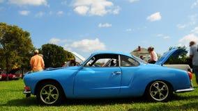 Голубой ретро автомобиль 2 дверей Стоковое Изображение RF