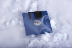 Голубой ретро гибкий магнитный диск в облаках Облако информации схематическо стоковые изображения rf