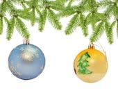 Голубой рождества декоративный и желтый шарик на белой предпосылке Стоковые Фото
