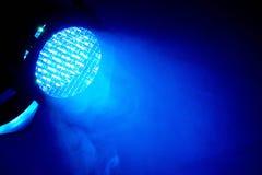 Голубой свет на этапе на концерте стоковые изображения rf