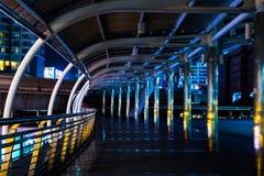 Голубой свет на skywalk стоковые фото