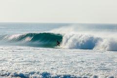 Голубой серфер волны выведенный за разбивая водой Стоковая Фотография RF