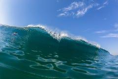 Голубой серфер воды заплывания стены волны Стоковая Фотография RF