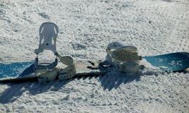 Голубой сноуборд и белые вязки Стоковое Изображение RF