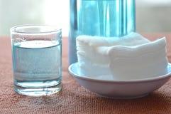 Голубой спирт для раны мытья в стеклянном и чистом белом хлопке Стоковое Изображение RF