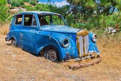 Голубой старый автомобиль развалины стоковое фото rf