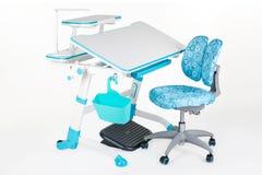 Голубой стул, стол школы, голубая корзина, лампа стола и черная поддержка под ногами Стоковые Изображения
