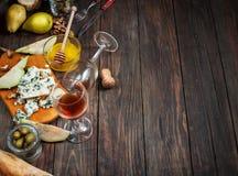Голубой сыр с медом, оливкой и грушами на деревенской таблице Стоковые Изображения