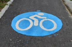 Голубой след велосипеда на дороге асфальта Стоковые Изображения