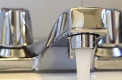голубой тонизированный ход faucet Стоковое Изображение RF