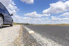 Голубой тормозной башмак вагона на стороне дороги Стоковые Изображения