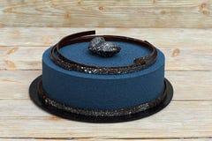 Голубой торт мусса на белой деревянной предпосылке Стоковое Изображение