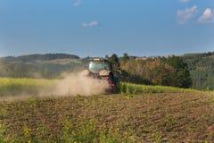 Голубой трактор в поле мустарда в чехии Пылевоздушные поле и сельскохозяйственные работы Работы по дому фермы осени Стоковое фото RF