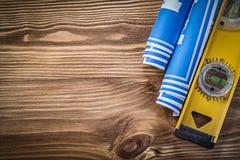 Голубой уровень конструкции технических чертежей на верхней части деревянной доски Стоковое фото RF