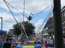Голубой фестиваль сливы - мальчик на приборе Bungee Стоковое Фото