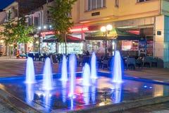 Голубой фонтан лета ночи в центре Pomorie, Болгарии Стоковое фото RF