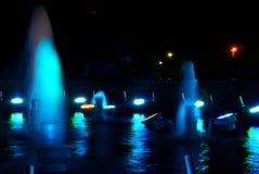 Голубой фонтан на ноче стоковое изображение rf