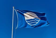 Голубой флаг против голубого неба Стоковые Изображения RF
