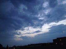 голубой хмурый заход солнца Стоковые Изображения RF