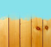 Голубой ход кисти на деревянной предпосылке Стоковое Изображение