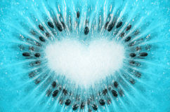 Голубой цвет предпосылки плодоовощ кивиа с формой сердца Стоковые Фотографии RF