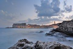 голубой час Старый взгляд городка от пляжа Banje dubrovnik Хорватия Стоковые Изображения