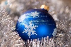 Голубой шарик орнамента рождества, и украшение серебряной ели Стоковые Изображения RF