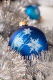 Голубой шарик орнамента рождества, и украшение серебряной ели Стоковое Изображение RF