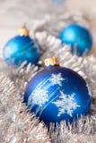 Голубой шарик орнамента рождества, и украшение серебряной ели Стоковая Фотография RF