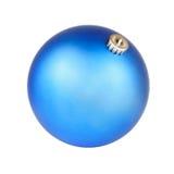 Голубой шарик рождества на белой предпосылке Стоковое фото RF
