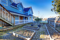 Голубой экстерьер дома мастера с коробками сада Стоковая Фотография RF