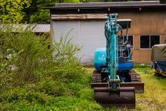 Голубой backhoe внутри Shirakawa-идет стоковое фото rf
