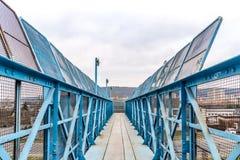 Голубой footbridge над железной дорогой Стоковое Изображение RF