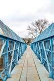 Голубой footbridge над железной дорогой Стоковые Фотографии RF