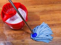 Голубой mop и красное ведро Стоковые Изображения