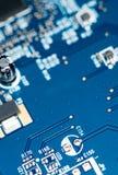 Голубой PCB с много elecric компонентами Стоковые Фотографии RF
