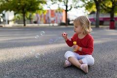голубой tonality структуры мыла пузырей стоковое фото